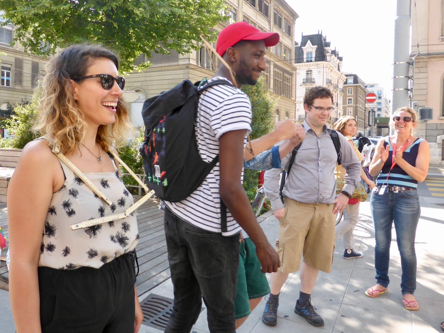 Yael Miller : (à gauche) compositrice chanteuse relève le défi coopératif «Tu m'as vu?»
